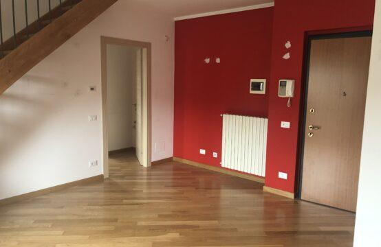 Appartamento con mansarda abitabile e box auto.